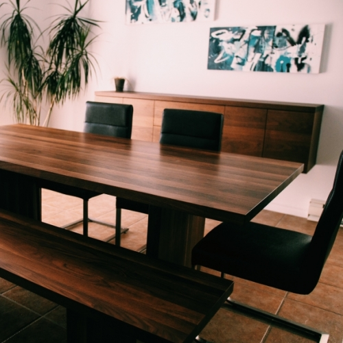 Table, buffet et banc en noyer massif